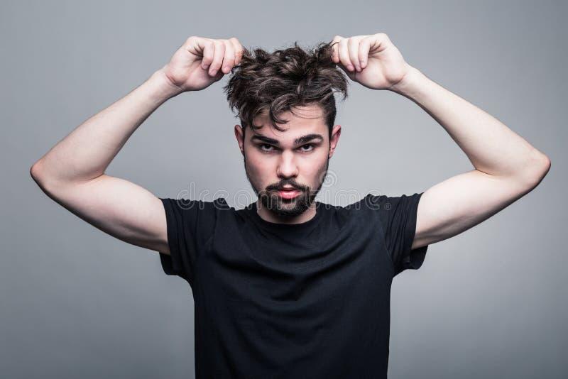 Ritratto del giovane in maglietta nera fotografia stock libera da diritti