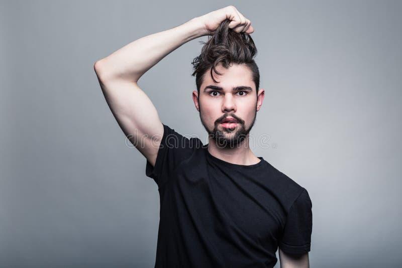 Ritratto del giovane in maglietta nera fotografia stock