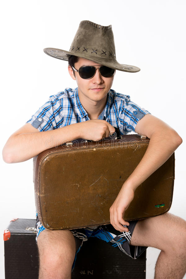 Ritratto del giovane in occhiali da sole con una valigia immagine stock