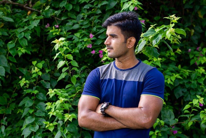 Ritratto del giovane in parco su fondo verde fotografia stock