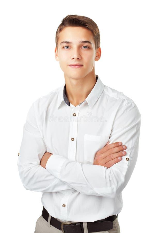 Ritratto del giovane sorridente felice che indossa uno standi bianco della camicia immagine stock