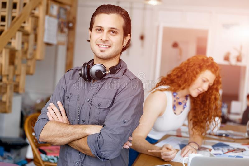 Ritratto del giovane in ufficio immagine stock