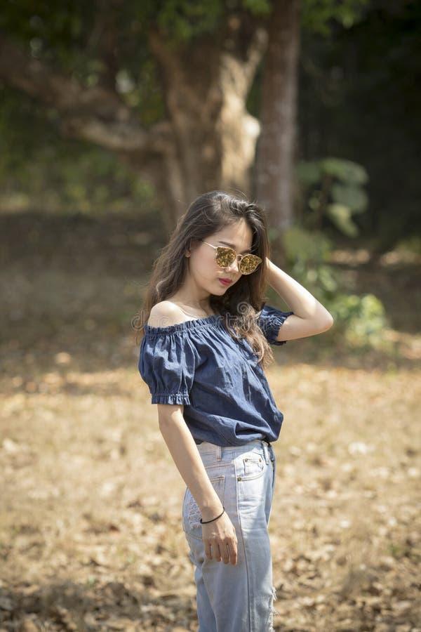 Ritratto del glasse d'uso di modello del sole della giovane bella donna asiatica fotografia stock libera da diritti