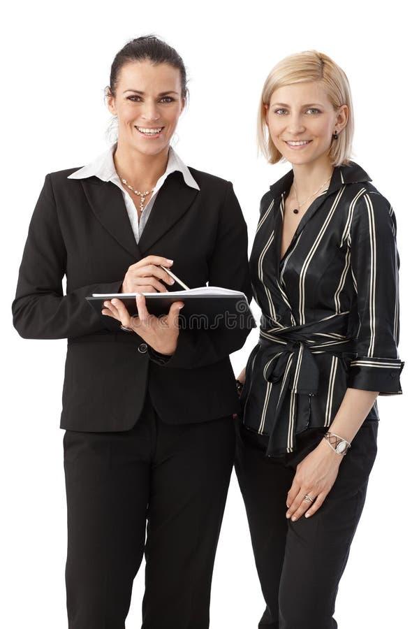Ritratto del gruppo degli impiegati di concetto felici eleganti fotografie stock libere da diritti
