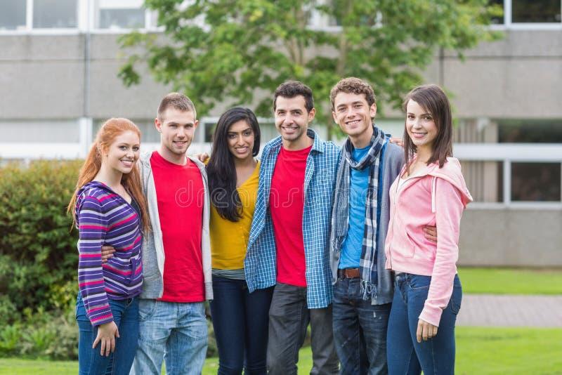 Ritratto del gruppo degli studenti di college nel parco fotografia stock