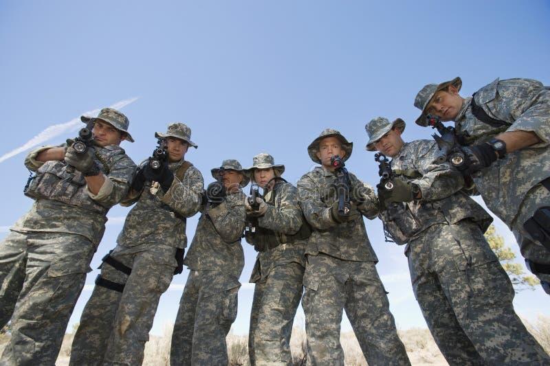 Ritratto del gruppo dei soldati che tendono le pistole immagini stock libere da diritti