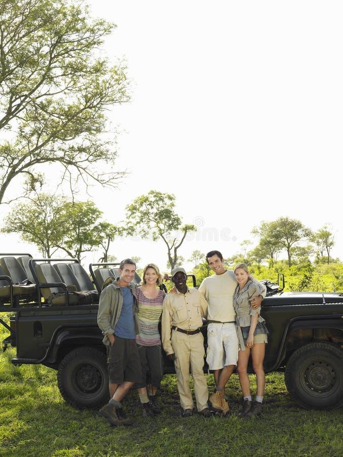 Ritratto del gruppo dei turisti e di Safari Guide fotografia stock