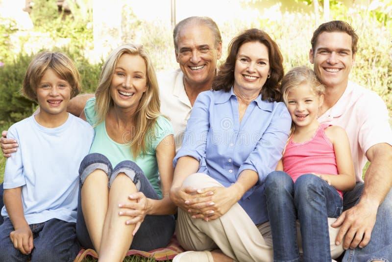 ritratto del gruppo del giardino della famiglia allargata immagini stock libere da diritti