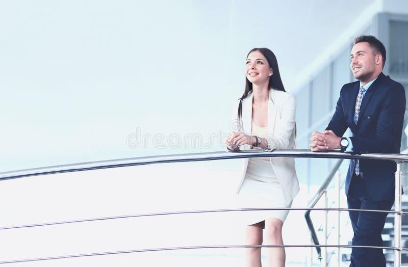 Ritratto del gruppo di affari positivo che sta sulle scale fotografia stock