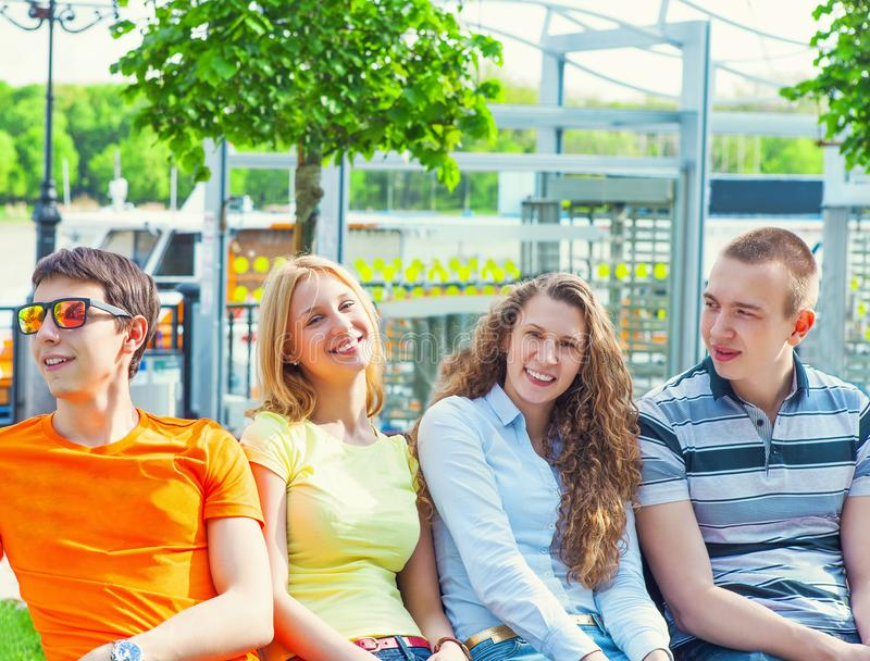 Ritratto del gruppo di giovani studenti di college immagini stock