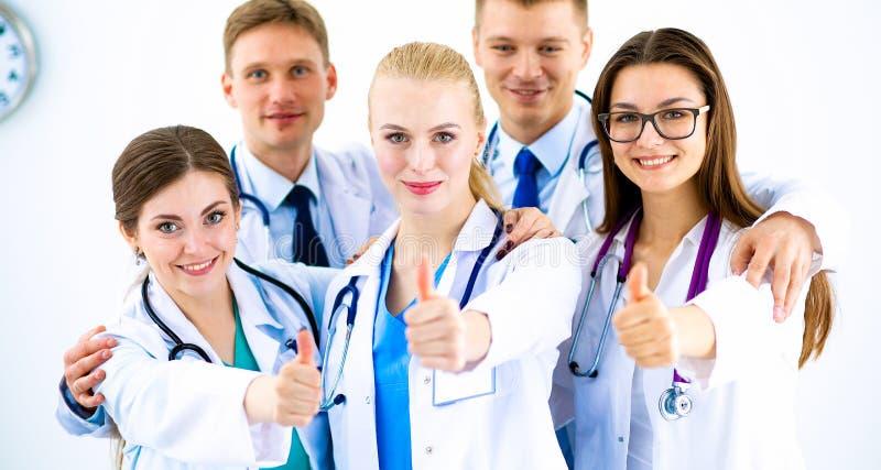 Ritratto del gruppo di medici che mostra i pollici su fotografia stock