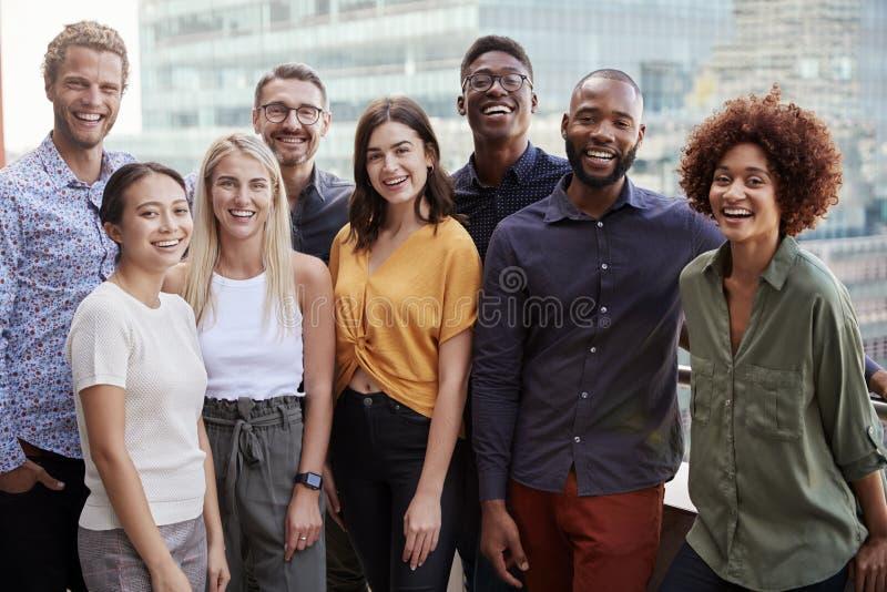 Ritratto del gruppo di un gruppo creativo di affari che sta all'aperto, tre lunghezze quarte, fine su fotografie stock