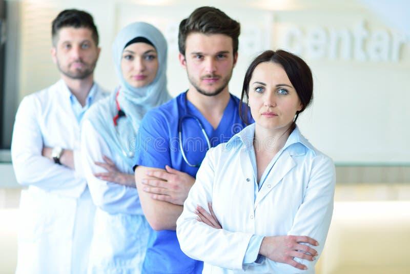 Ritratto del gruppo felice sicuro di medici che stanno all'ufficio medico fotografie stock libere da diritti