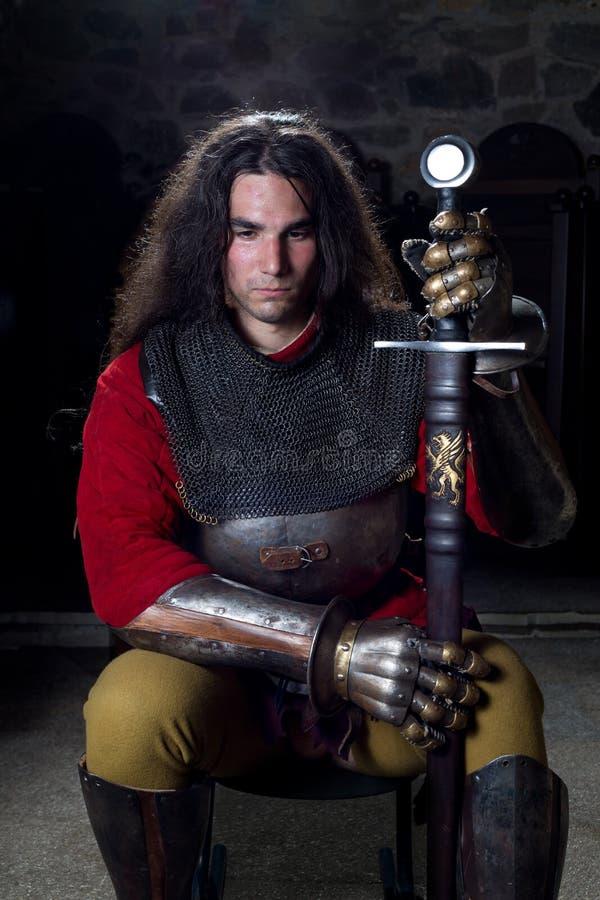 Ritratto del guerriero coraggioso con la spada immagini stock libere da diritti