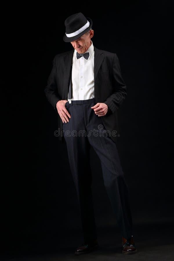 ritratto del Interamente corpo di un musicista anziano in un retro stile fotografie stock libere da diritti