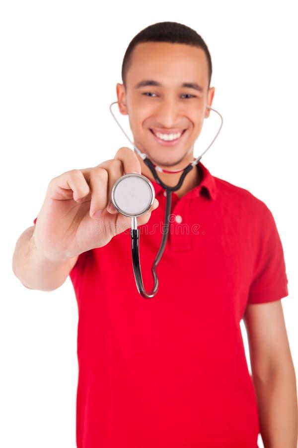 Ritratto del isolat sorridente maschio afroamericano dell'infermiere o di medico fotografia stock libera da diritti