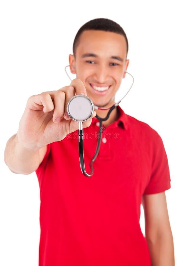Ritratto del isolat sorridente maschio afroamericano dell'infermiere o di medico immagine stock libera da diritti