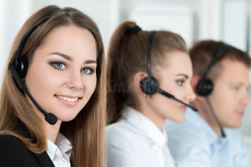 Ritratto del lavoratore della call center accompagnato dal suo gruppo fotografia stock libera da diritti