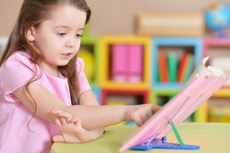 Ritratto del libro di lettura sveglio della bambina fotografie stock libere da diritti