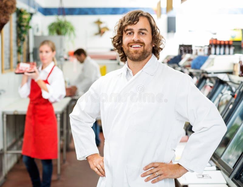 Ritratto del macellaio sicuro Standing At Store immagini stock