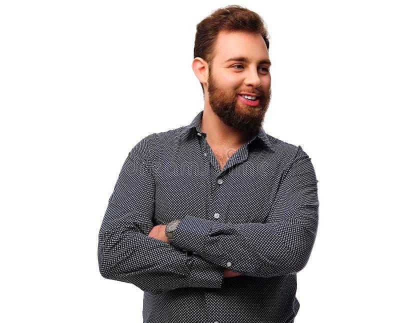 Ritratto del maschio barbuto e sorridente con le armi attraversate immagine stock libera da diritti