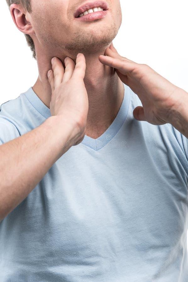 Ritratto del maschio malato con dolore in gola fotografie stock libere da diritti