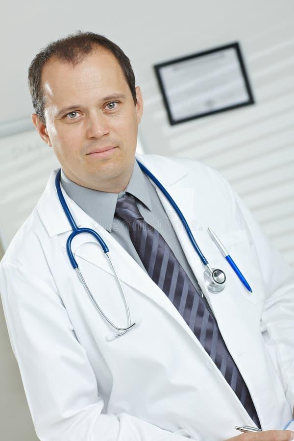 Ritratto del medico maschio di mezza età immagini stock libere da diritti