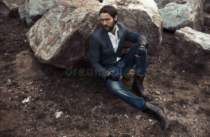 Ritratto del modello alla moda dell'uomo di modo immagine stock