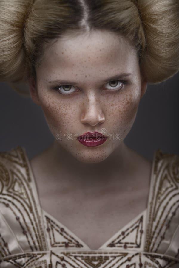 Ritratto del modello di bellezza di modo con i freckles immagini stock