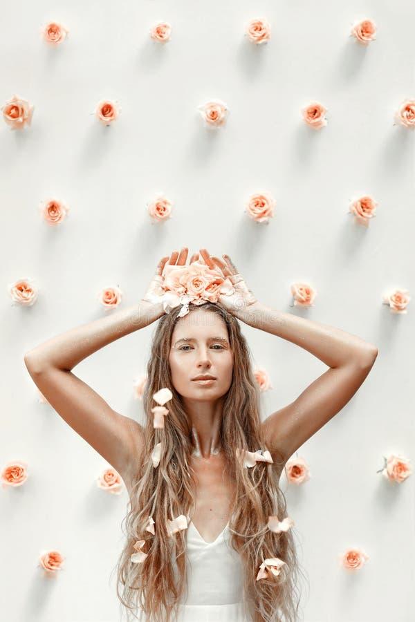 Ritratto del modello di moda con le rose e la polvere dorata fotografia stock