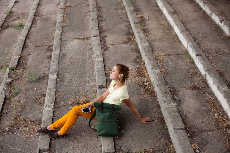 Ritratto del modello di moda Girl sui precedenti industriali fotografie stock libere da diritti