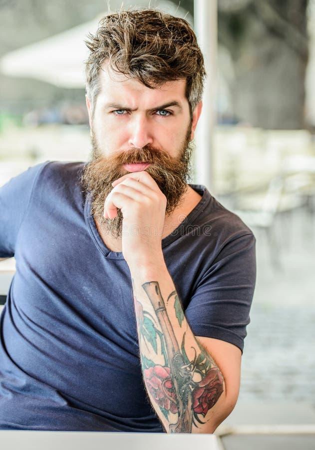 Ritratto del modello maschio bello brutale attesa e tinking uomo premuroso all'aperto Cura di pelle facciale bisogni maschii brut fotografia stock libera da diritti