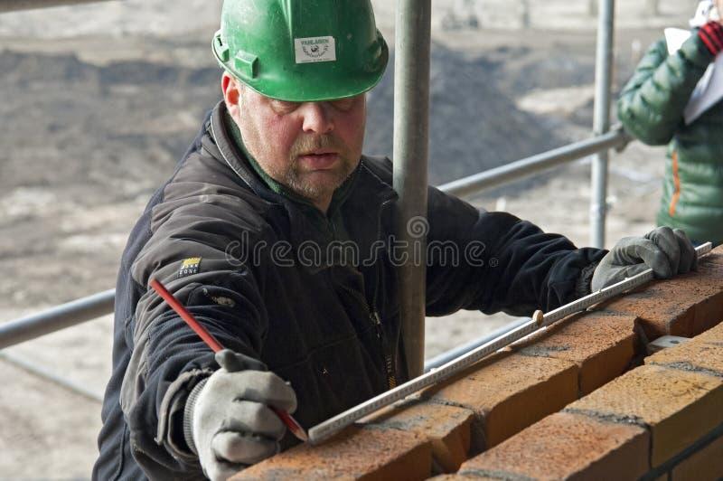 Ritratto del muratore di misurazione fotografia stock libera da diritti