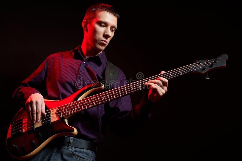 Ritratto del musicista con la chitarra bassa fotografie stock libere da diritti