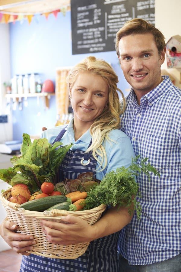 Ritratto del negozio di alimento biologico corrente delle coppie fotografia stock libera da diritti