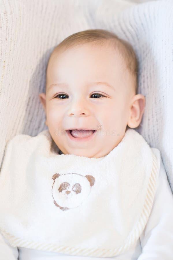 Ritratto del neonato sorridente felice con una busbana francese immagini stock libere da diritti