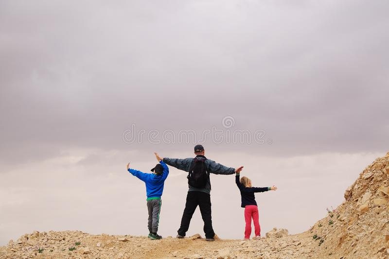 Ritratto del padre con due bambini fotografia stock