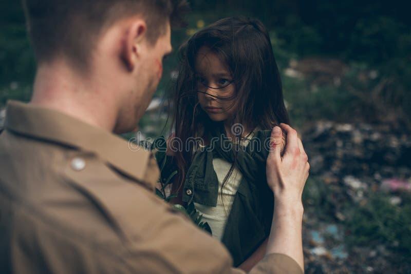 Ritratto del padre e della figlia senza tetto nella discarica immagini stock libere da diritti