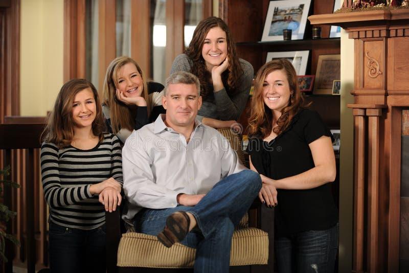 Ritratto del padre e delle figlie fotografia stock