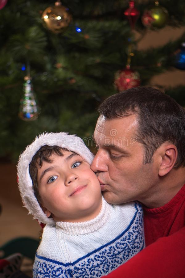 Ritratto del padre felice e di suo figlio adorabile sui precedenti di Natale immagini stock