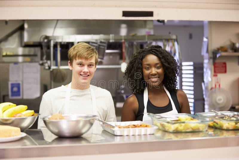 Ritratto del personale della cucina nel riparo senza tetto fotografia stock