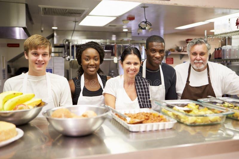 Ritratto del personale della cucina nel riparo senza tetto fotografia stock libera da diritti