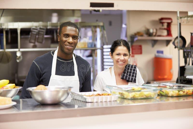 Ritratto del personale della cucina nel riparo senza tetto immagini stock