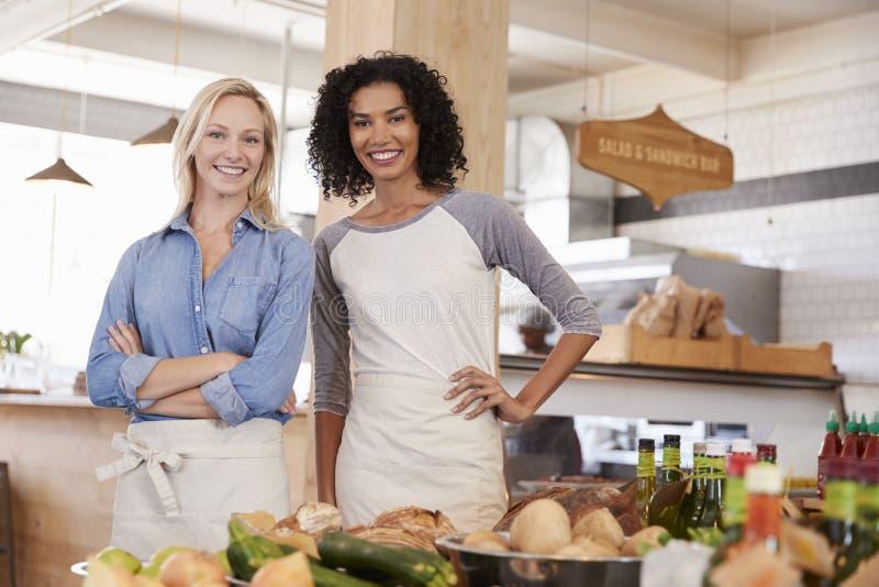 Ritratto del personale femminile nel deposito di alimento biologico immagini stock libere da diritti