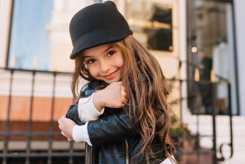 Ritratto del primo piano del bambino dai capelli lunghi stupefacente con il sorriso gentile meraviglioso che posa esterno, abbrac fotografia stock libera da diritti
