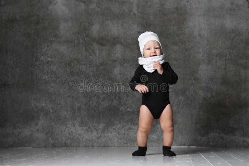 Ritratto del primo piano del bambino isolato su fondo grigio fotografia stock libera da diritti