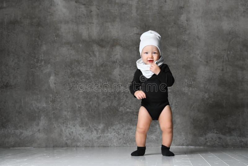 Ritratto del primo piano del bambino isolato su fondo grigio immagine stock libera da diritti