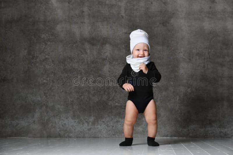 Ritratto del primo piano del bambino isolato su fondo grigio immagini stock