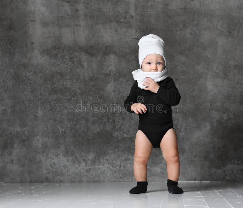 Ritratto del primo piano del bambino isolato su fondo grigio immagini stock libere da diritti
