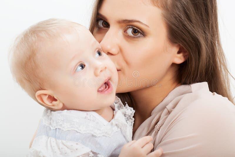 Ritratto del primo piano del bambino e della madre immagini stock